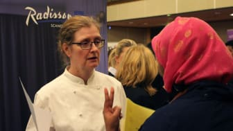 Katarina,  Sous Chef på Scandinavia Hotel,  i samtal med en besökare på jobbmässan.