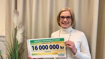 Anna Hemlin, generalsekreterare på Hjärnfonden tar emot Postkodlotteriets bidrag på 16 miljoner