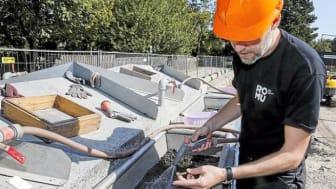 Middelalderarkæolog Jesper Langkilde skyller noget af den opgravede jord igennem under udgravningen af Sortebrødre Plads. Foto: Museumskoncernen ROMU