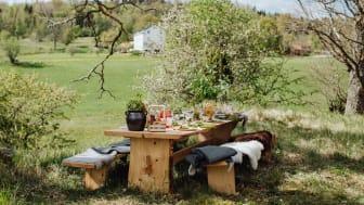 Det handgjorda bordet är placerat med vacker utsikt över Skirösjön och Wallby Säteri i Vetlanda.