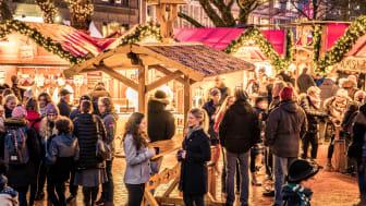 Der Weihnachtsmarkt auf dem Holstenplatz ist schön geworden und lädt zum Punschen ein