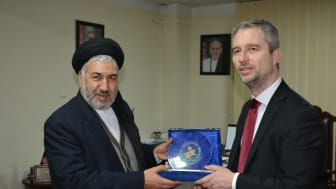 Afghanistans flyktingminister Sayed Hussein Alemi Balkhi och den franske ambassadören David Martinon.
