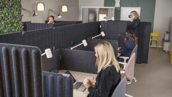 På nya Väla Work Zone finns åtta moderna kontorsplatser som kan hyras per timme via sajten bokadirekt.nu. Här finns även ett mötesrum för 2-3 personer samt en ljudisolerad telefonhytt.