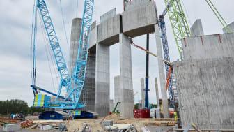 Vy av vattentornet från marken. Här har tre av de 16 monoliter som ska upp lyfts på plats.