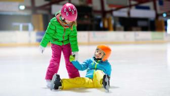 Kul på is och kul tillsammans. Äntligen sportlov! Foto: Mostphotos, Anastasia V.