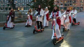 Luciatåg på elsparkcykel sprider julstämning i Malmö