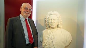 Ton Koopman mit Bach-Büste im Bach-Museum Leipzig
