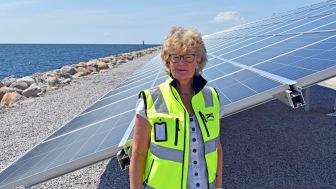 Birgitta Larsson Lindersköld framför hamnens nya solcellspark.