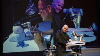 Konsernsjef Sigve Brekke i Telenor fikk demonstrert fjerndiagnostikk i praksis da 5G-piloten ble åpnet på Kongsberg. Foto: Martin Fjellberg