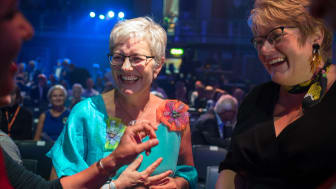 Hilde Bjørkum og dåverande kulturminister Trine Skei Grande under opninga av Førdefestivalen 2018.