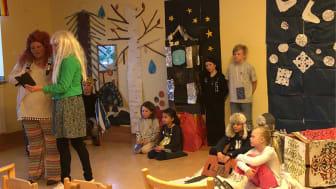 """Hietaniemi Friskola klass F-3 jobbar med """"Vårt samhälle"""" och redovisar i form av en musikal."""