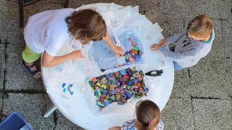 Beim Verpacken der bunten Steine: Schülerinnen und Schüler der Dietrich-Bonhoeffer-Schule bereiten mit einer Bastelaktion Seniorinnen und Senioren während der Corona-Pandemie eine Freude.