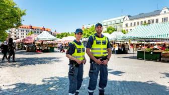 Securitas ordningsvakter på plats vid Möllevångstorget för att tillsammans med Malmö stad och Polisen göra platsen säkrare för boende och besökare. Foto: Peter Kroon.