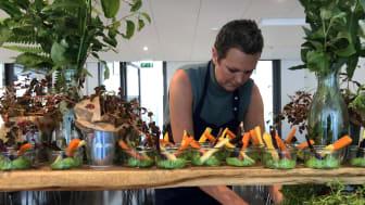 Direktør i Kokkenes Køkken, Maj Toppenberg, i fuld færd med justere på en SANS!-buffeterne. Foto: Jannik Preisler.