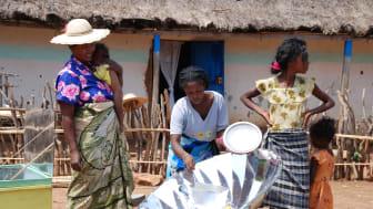 Bildquelle: myclimate, Foto: Madagassinnen bereiten Essen mit einem effizienten Solarkocher zu.