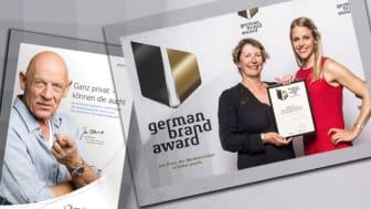 Brigitte Salz (links) und Jasmin Schröder von der apoBank nehmen den Preis für apoPrivat entgegen.