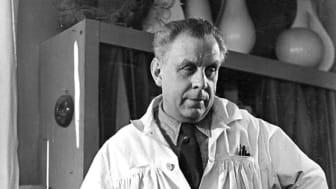 Wilhelm Kåge i ateljén på Gustavsberg 1949
