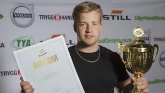 En glad och lite förvånad Oskar Ågren lyfte bucklan som segrare i Yrkes-SM - yrke Yrkesförare.