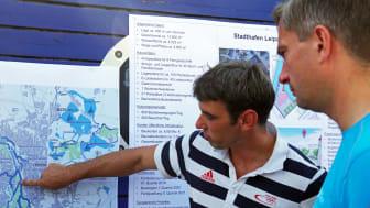 Stadthafen Leipzig - Jan Benzien erläutert Martin Dulig die touristischen Pläne