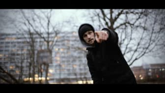 Screenshot fra Asger B's nye musikvideo 'Syg industri' 6