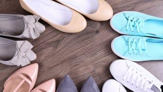 Nicht immer gab es für jeden Fuß einen eigenen Schuh. Bild: Africa Studio | fotolia