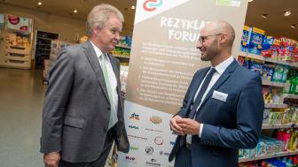 Umweltminister Franz Untersteller MdL (links) betont im Gespräch mit Sebastian Bayer, Sprecher des Rezyklat-Forums (rechts), wie wichtig das Forum für die Zusammenarbeit von Politik und Wirtschaft ist.