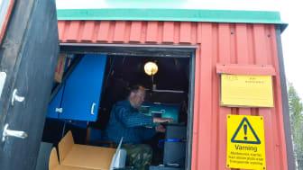 Säsongen för studier av norrsken är över och IRF:s optiska norrskensforskare Urban Brändström med kollegor stängde nyligen IRF:s mätstation i Silkkimuotka i närheten av nedre Soppero i Kiruna kommun. Foto: Annelie Klint Nilsson, IRF