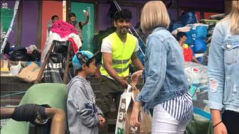 Eleverna på Thoren Business School Stockholm engagerade sig för de afghanska sittstrejkande flyktingarna på Medborgarplatsen genom att dela ut mat och vatten.
