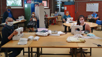 Fleißige Näherinnen und Näher: Wie hier in der Arbeitsgruppe Industriemontage der Werkstätten am Lindenplatz haben Mitarbeitende und Klienten der Hephata Diakonie in vielen Einrichtungen Alltagsmasken hergestellt - insgesamt zirka 10.000 Stück.