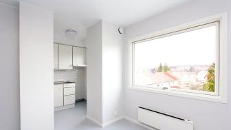 Slik ser det ut i en av de nyoppussede leilighetene. Boligen har en nøktern og god standard. Foto: Boligbygg