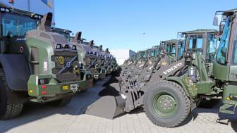 2020 levererade Swecon 28 hjullastare till Försvarets Materielverk (FMV). Just nu finns order inne på ytterligare 72 maskiner.