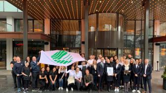 De ansatte ved Hotel Norge by Scandic jublet etter å ha mottatt Svanemerket tirsdag ettermiddag.