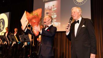 Bild från prisgalan 2017. Peder Lamm och Winston Håkanson delar ut pris för Årets dyrgrip. Foto: Per Myrehed