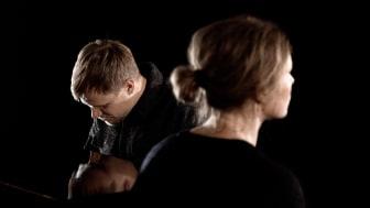 Oscar Johansson och Nina Persson gör en unik tolkning av Hej tomtegubbar, till förmån för Skåne Stadsmission. Foto: Roger Nellsjö