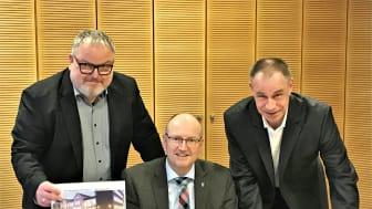 Von links: René Fuchs (Deutsche Glasfaser), Bürgermeister Michael Esken und Sven Geiger (Deutsche Glasfaser) verkünden weitere Schritte in die Digitale Zukunft der Stadt Verl. (DG)