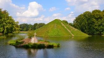 Faszinierende Form: Eine Pyramide mitten im See im Branitzer Park bei Cottbus (TMB-Fotoarchiv / Matthias Schäfer)