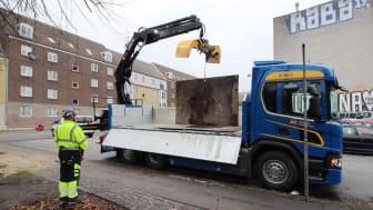 Kranarbejde med en biogaslastbil