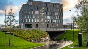 Bodø Innovation Gate (BIG) er lett tilgjengelig med både sykkel og kollektivtransport, slik at leietakerne kan velge vekk bilen. Foto: Hundholmen Byutvikling AS