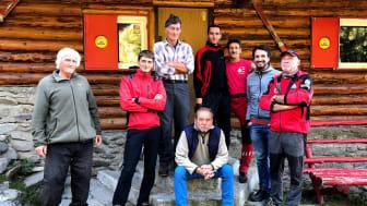 Thomas Bross, Alex Bratu și Radu Decebal Bunea (dreapta) alături de ceilalți membri ai Asociației Salvamont Victoria.