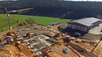 Hier baut die WUN Energie bis Ende nächsten Jahres ein Blockheizkraftwerk und eine Holzpelletproduktion. Das Bayernwerk ist an dem 28-Millionen-Euro-Projekt beteiligt.
