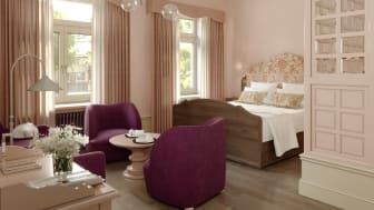 Det nya hotellet utstrålar en våningskänsla där mustiga färgval och specialritade snickerier och möbler bidrar.