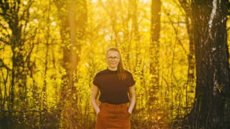 Guåker er nominert til Brageprisen for ungdomsromanen «Høgspenning livsfare». Foto: Iris Engen Skadal.