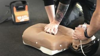 GotlandsHems medarbetare lär sig hjärt- och lungräddning, HLR.