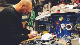 Fredrik Österman inspekterar yrkesklättrarnas utrustning
