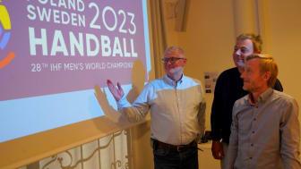 Kristianstad blir en värdstad för VM i handboll 2023. På bilden (från vänster): Anders Olsson, planeringsstrateg, Pierre Månsson (L), kommunalråd, och Henrik Fröberg, VD för Kristianstad Arenabolag.