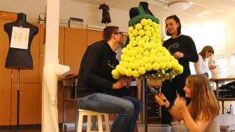 Textil Design-eleverna på Nicolaiskolan i Helsingborg färdigställer tennisbollsklänningen tillsammans. I bild från vänster till höger Elias Rosdahl, Malena Ohlsson, Embla Chrona (sitter ner), Melissa Eriksson.