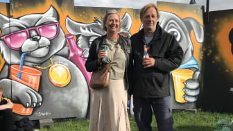 Heidi Schütt Larsen og Jan Bechmann mødtes på Roskilde Festivalen for at markere det gode samarbejde om håndteringen af dåser uden pant.