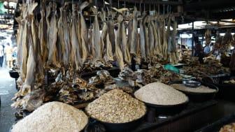 Tørffiskprodukter på marked i Lagos, Nigeria