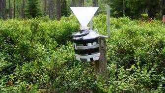Krondroppsnätets övervakning omfattar ett 60-tal ytor i skog och på öppet fält över hela landet. På bilden syns en provtagare för att mäta krondropp från träden. Foto: Gunilla Pihl Karlsson