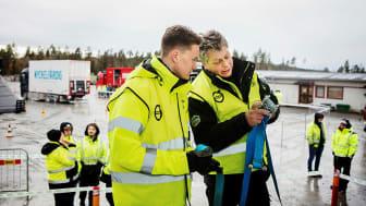 Branscherfarenhet är lika viktigt som pedagogiskt kunnande i den obligatoriska fortbildningen av lastbilsförare. Det anser representanter för den svenska transportbranschen. Foto: Evelina Carborn.